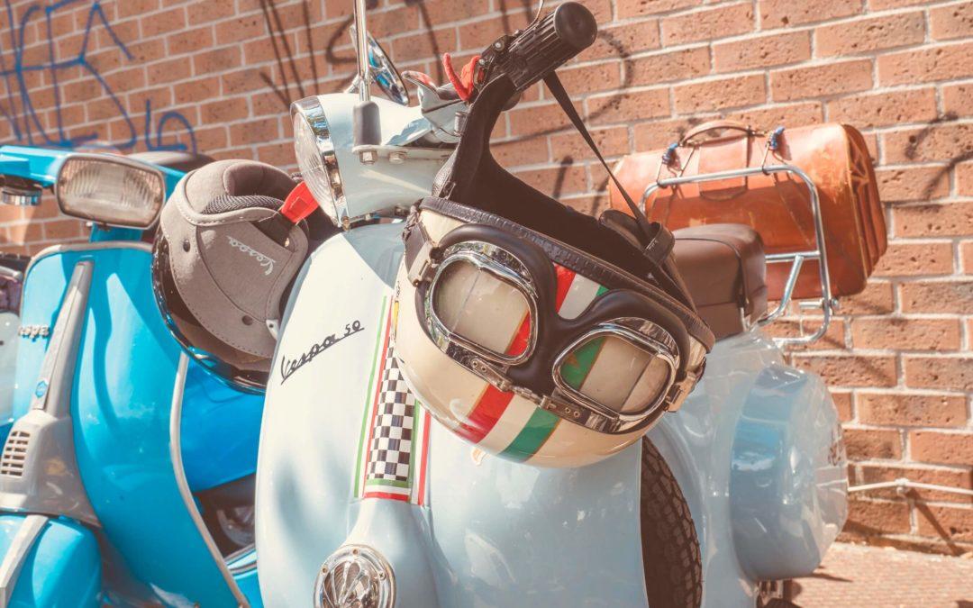 Vespe con casco italiano