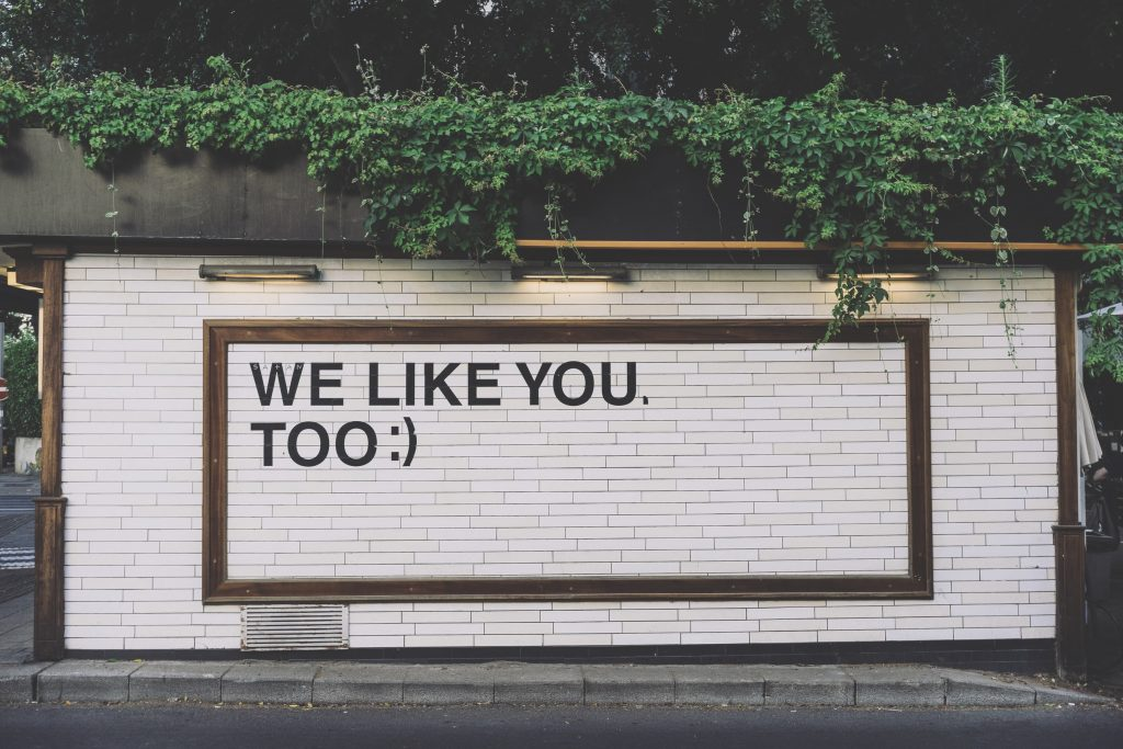 Muro con scritta We like you