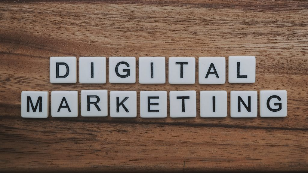 Digital marketing scritto con le tessere da scarabeo