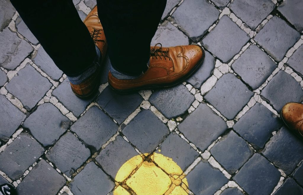Foto di scarpe in pelle marroni sulla strada