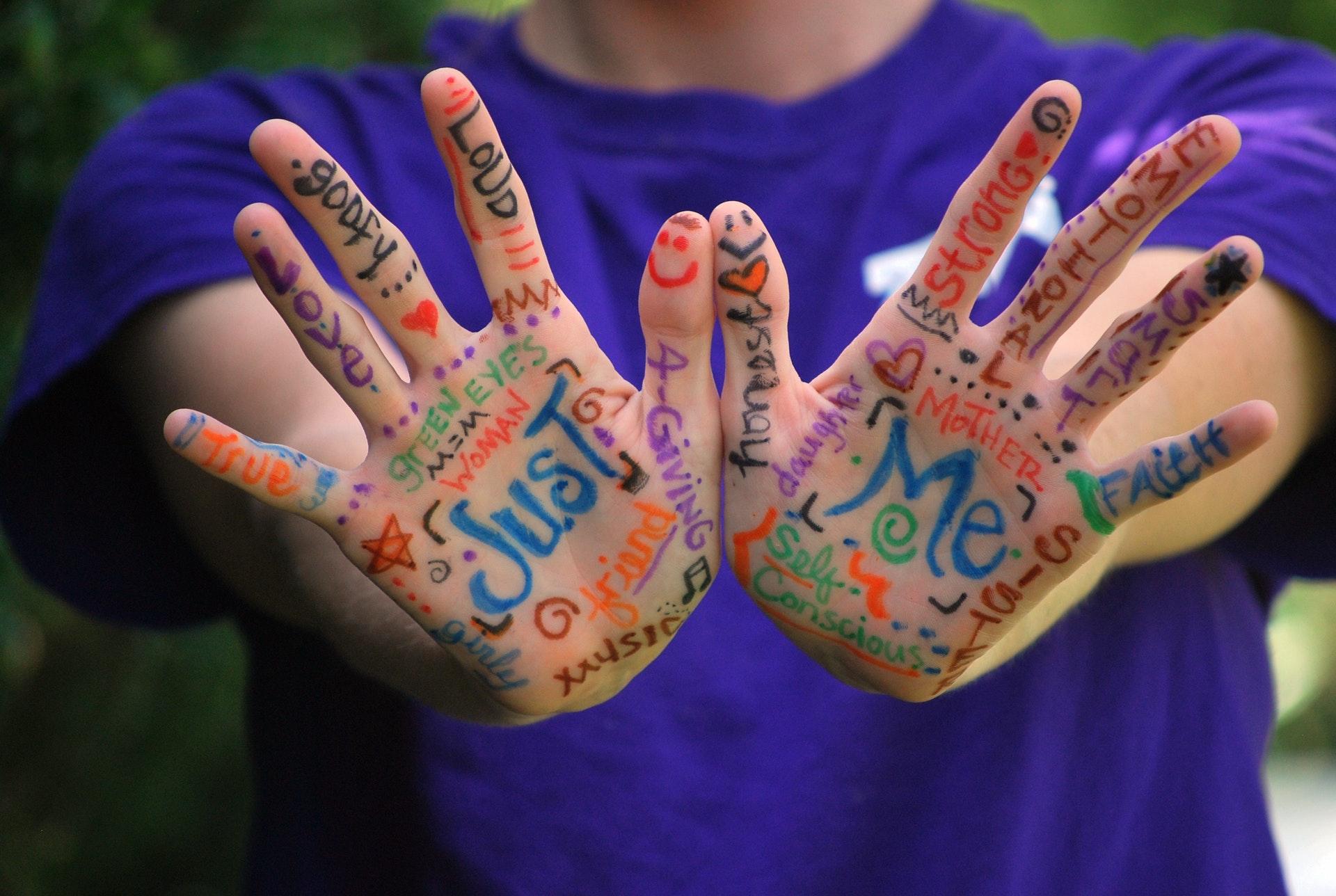 Mani con scritte colorate