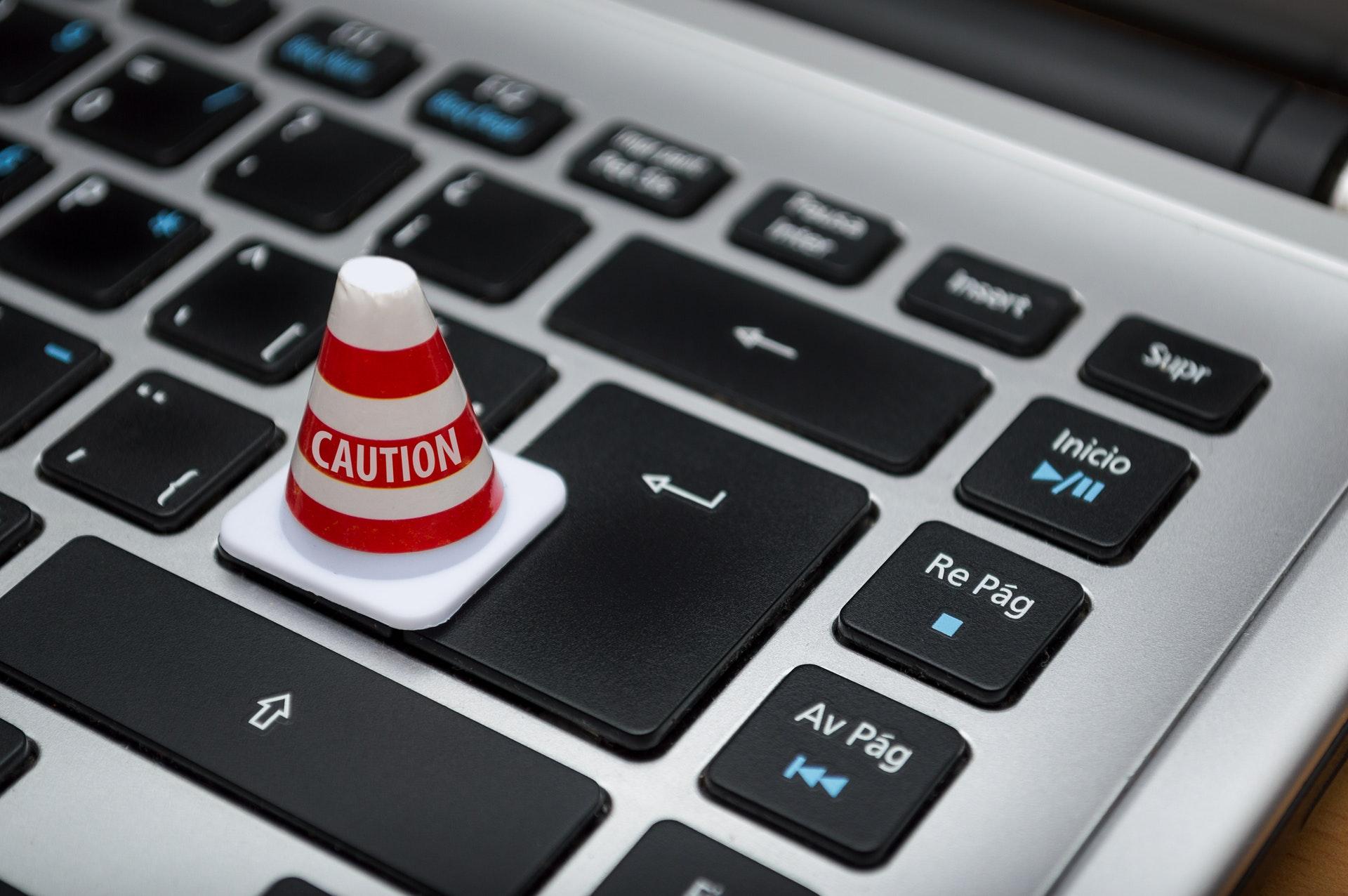 Tastiera del computer con un birillo d'attenzione
