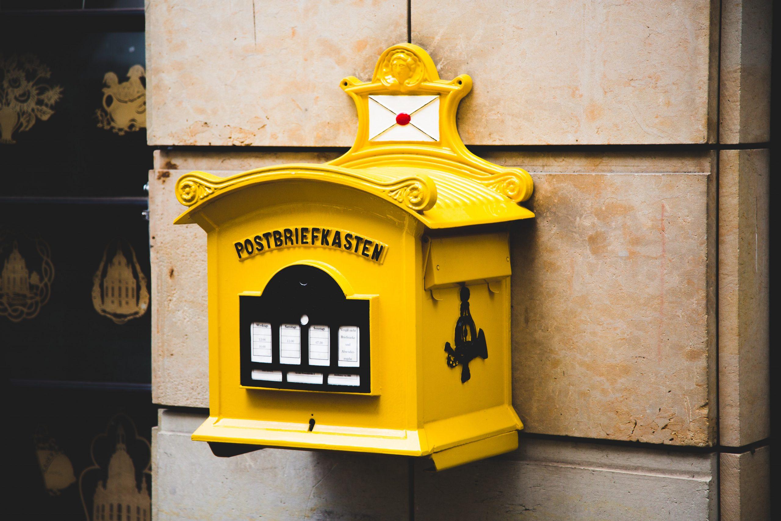Cassetta della posta gialla